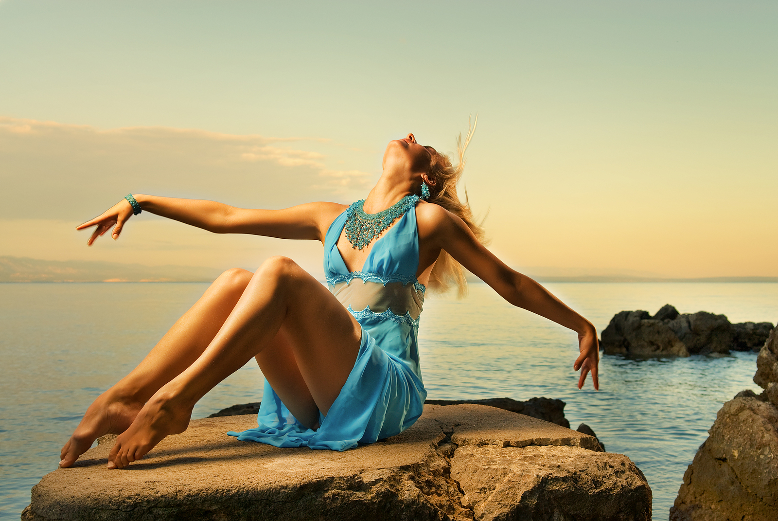 Фото девушек на море на камне